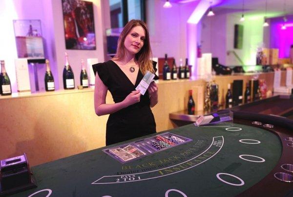 Croupière lors d'une animation casino organisé par Slysmile location